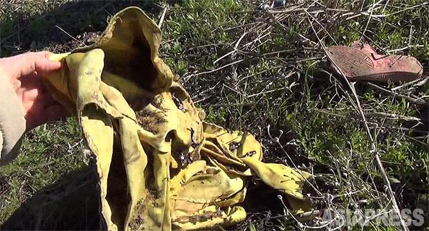 ハルダン村の虐殺現場には住民の衣服やサンダルが散乱していた。生存者の村人によると、このジャケットを着ていた少女は、拉致しようとしたISから逃げ出したため殺害されたという。(2016年3月撮影・玉本英子)