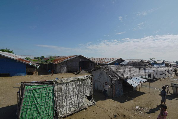 バラックが建ち並んだロヒンギャ・ムスリムの難民キャンプ。(ラカイン州にて撮影:宇田有三)
