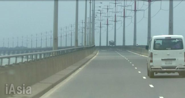 日本の円借款で建設されたジャムナ川の多目的橋。カイルルはこの橋を渡ってダッカに向かったのだろうか。2016年7月撮影宮崎紀秀