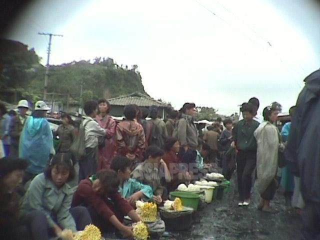 闇商売が空間としての農民市場と結合して、各地に巨大な闇市場が出現した。1998年10月江原道元山(ウォンサン)市にて撮影アン・チョル(アジアプレス)