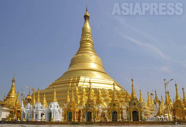 ミャンマー最大の都市ヤンゴンの中心地に建つ、シュエダゴン・パゴダ(撮影 宇田有三)