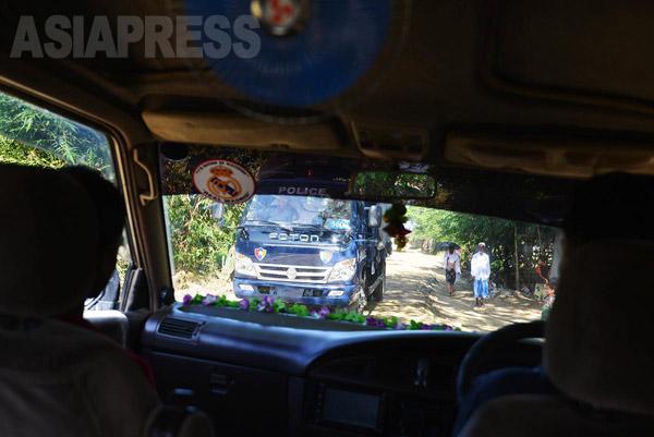 ロヒンギャ国内避難民キャンプ内をパトロールする警察車輌。(撮影:宇田有三)