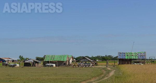 キャンプ内をじっくり観察すると、軍の施設があり、兵士が警戒にあたっている様子をうかがえる。(撮影:宇田有三)