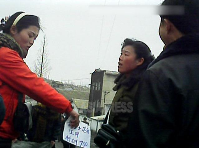 若い女性商人は、商品没収や罰金科される危険あるのに、引かずに反撃している。2013年3月平安南道の平城市にて撮影(アジアプレス)