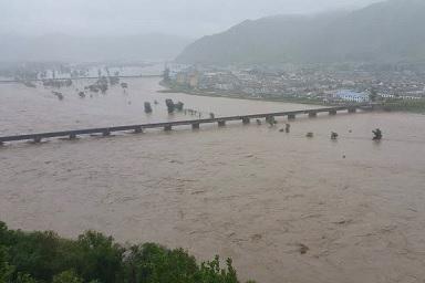 8月31日、堤が決壊し水が溢れた豆満江。右側が北朝鮮の南陽。(吉林新聞HPより引用)
