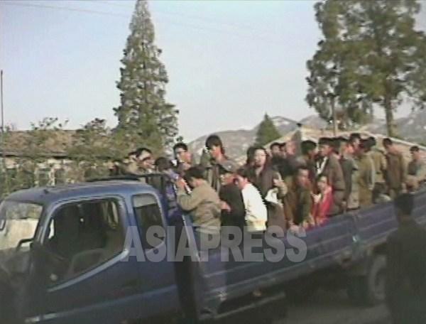 (参考写真)早朝、「労働鍛錬隊」の収容者が車に乗せられ労働現場に送られている。2008年10月黄海南道海州市にてシム・ウィチョン撮影(アジアプレス)