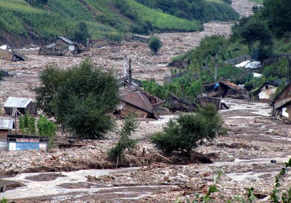 村が土砂に完全に覆われてしまっている。北朝鮮の宣伝媒体「ネナラ」より引用。