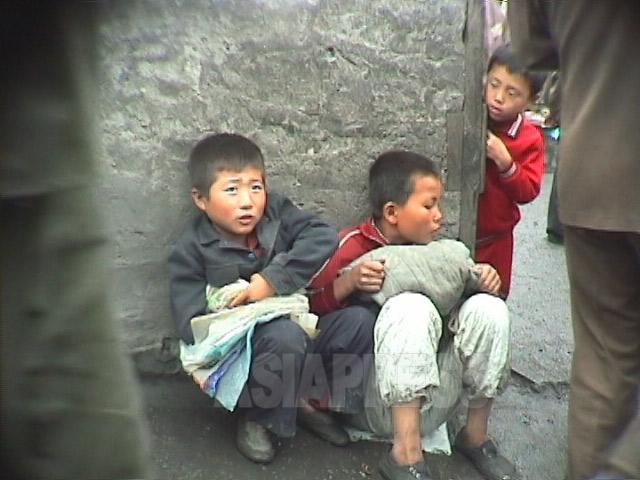 家計を助けるためだろう、闇市場でビニール袋を売る子供たち。学校制度も破綻に瀕していた。1998年10月江原道元山(ウォンサン)市にて撮影アン・チョル(アジアプレス)
