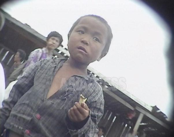闇市場を徘徊していたコチェビの少年。1999年9月咸鏡北道の茂山(ムサン)郡にて撮影キム・ホン(アジアプレス)