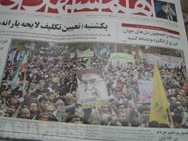 2009年のアメリカ大使館占拠記念日(イラン)の翌日、盛大な官製デモの様子を1面トップで伝える大衆紙ハムシャフリー。一方、この日の改革派のデモを自身のブログで記事にしたベルギー人留学生をはじめ、多くのイラン人ブロガーも逮捕されたという。