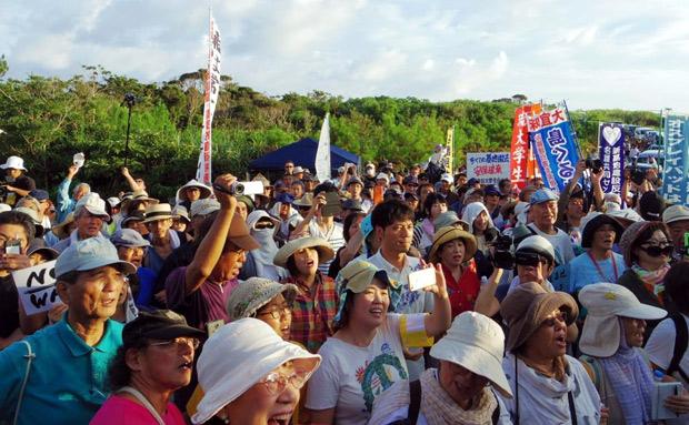 8月5日に開かれた米軍ヘリパッド建設に抗議する集会。 1000人もの参加者があった。(沖縄県東高江にて撮影・栗原佳子/新聞うずみ火)