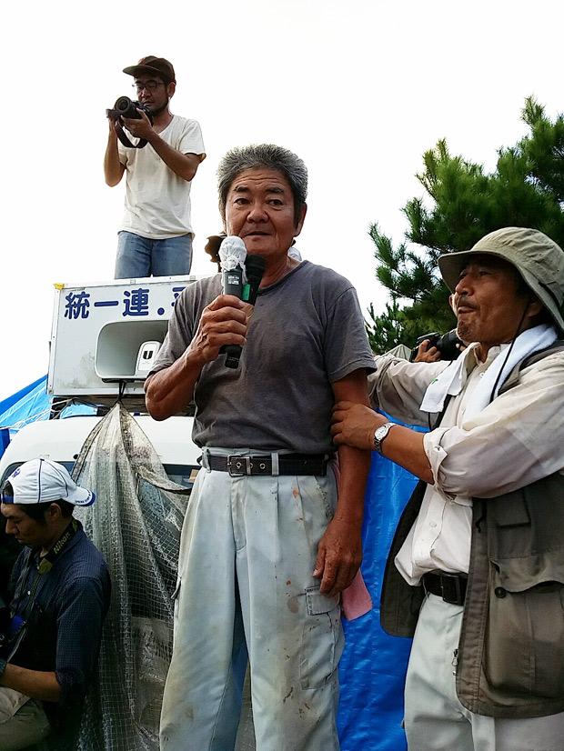 抗議集会で挨拶する住民の会の儀保昇さん。「無防備の市民に対し、暴力的に排除する。現実なのだろうか」と言う(撮影:栗原佳子/新聞うずみ火)