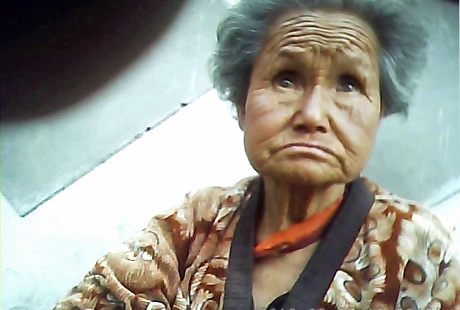 路上に座り込んで食品を売っていた老婆。ほとんど売れていない様子で元気がなかった。 2013年6月両江道恵山(ヘサン)市にて撮影「 ミンドゥルレ」(アジアプレス)