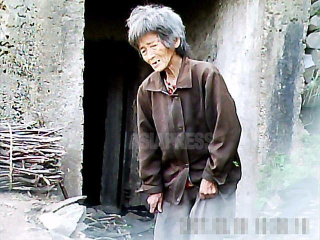 食べさせられないと、娘の夫から家を追い出されたおばあさん。「街中にいると『浮浪者狩り』にあって収容施設に入れられてしまう」と述べた。山中の防空壕跡で暮らしていた。2011年6月平壌市郊外にて撮影ク・グァンホ(アジアプレス)