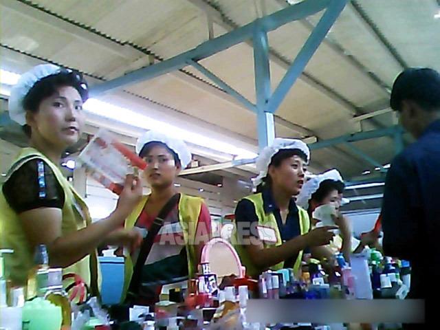 化粧品売り場に立つ女性たち。雇われ販売員ではなく幅約80センチの売り場のオーナーだ。2013年8月、最北部の両江道恵山(ヘサン)市にて撮影「ミンドゥルレ」(アジアプレス)