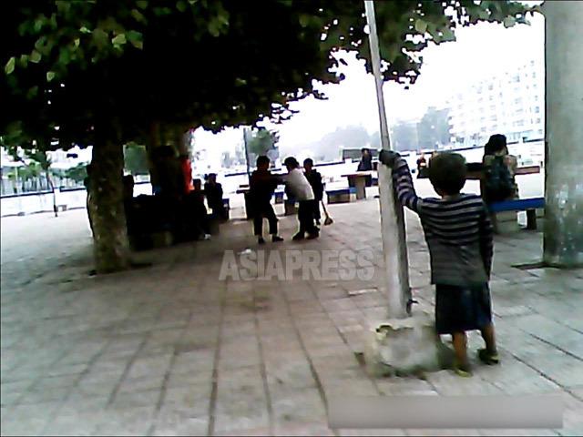 街の中心部でぶかぶかのボロ着をまとった男の子を見かけた。2013年9月平安南道の平城市にて撮影アジアプレス