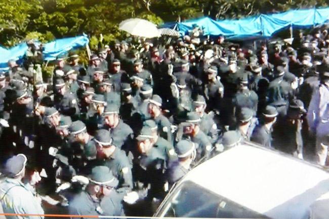 機動隊員を大量動員した7月22日の強制撤去 (写真は目取真俊さん撮影映像より)