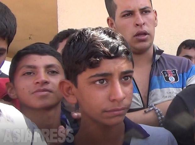 「近くの地区に住んでいた男が、ISの悪口を人に話した罪で、口を縫われてさらし者にされていたのを見た。ISの命令には住民は服従するしかなかった」とモスルから脱出した少年は話す。(10月5日撮影・玉本英子)