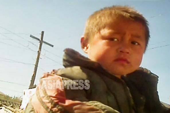 市場や住宅街をとぼとぼ徘徊していた少年。10歳に満たないように見える。「両親はいません」と短く答えた。髪の色が脱色している。2012年11月両江道恵山市郊外にて撮影アジアプレス
