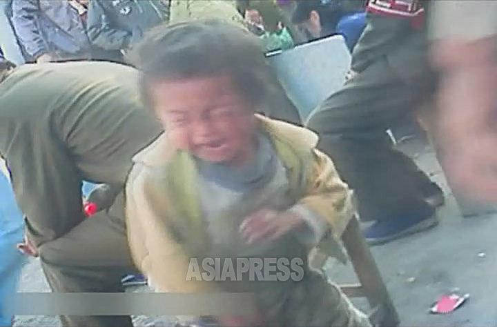 市場の外で泣きじゃくっていた幼児のコチェビ。「かわいそうに…」という音声が記録されていたが、声をかける人はいなかった。2012年11月両江道恵山市にて撮影「ミンドゥルレ」(アジアプレス)