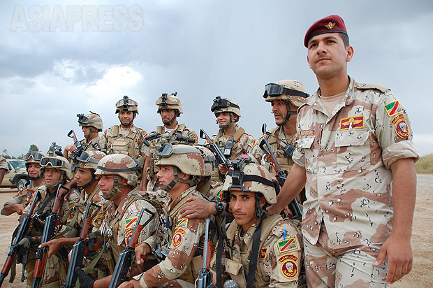 イラク軍兵士は、アラブ人、クルド人、トルコマン、キリスト教徒など様々な民族、宗派から構成されていた。地元モスルのほかに、南部バスラ出身など各地からの兵士がいた。掃討作戦という最前線の任務だが、兵士の志気は高かった。(2010年・モスル:撮影・玉本英子)