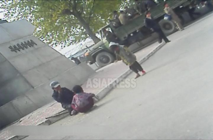 恵山市の中心部をたむろする子供のコチェビのグループ。二人はまだ幼児のように見える。2012年11月両江道の恵山市にて撮影「ミンドゥルレ」(アジアプレス)