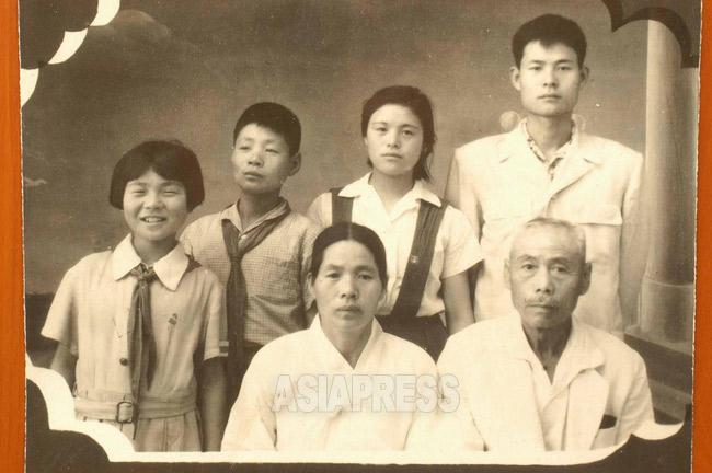北朝鮮に渡って間もない頃の福岡出身のある「在日」家族。後列中央の李紀子さんだけが韓国入りを果たした。1960年代初頭(アジアプレス)