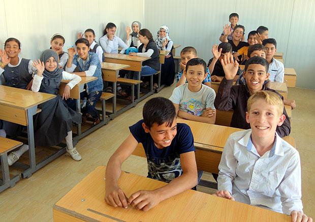 イラク各地から避難してきた児童たち。ほとんどが数年ぶりの小学校だ。写真は6年生のクラス。(10月下旬撮影・片野田義人)