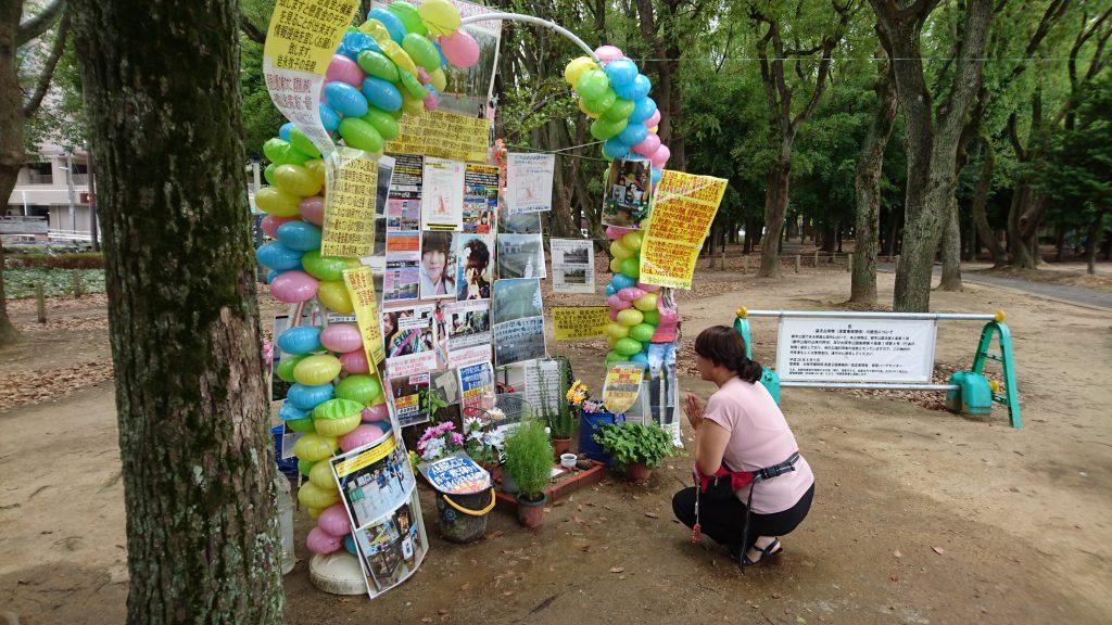 落雷事故現場の献花台で手を合わせる母親の岩永和子さん