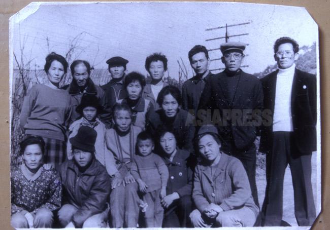 李昌成さん(右端)と金綾子さん(左端)が1994年に北朝鮮で撮った最後の帰国者親族の集合写真。李さん一家四人だけが2000年に韓国入りした。他は生死不明。(アジアプレス)