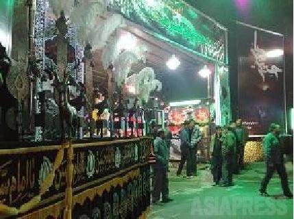 写真キャプション: イランの宗教儀式アーシュラーで、市街の各地区の設けられるテント小屋(撮影・筆者/2009/12/25)
