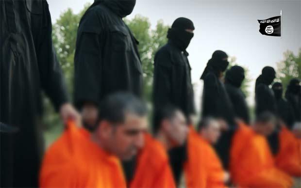 昨年9月にISが公開したクルド・ペシュメルガ兵7人の殺害映像(一部をぼかしています)ナイフを持つ戦闘員がクルド語で話している。