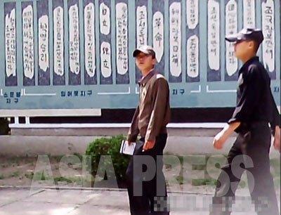 キャップを被ったジャンパー姿は実は若い兵士。原則として兵士は軍服姿で平壌市中心部を移動できない。部隊の移動の際は私服に着替えさせるのだという。2011年6月大城区域にて撮影ク・グァンホ(アジアプレス)