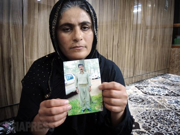 ISに殺害された夫の写真を手にする妻のデーメンさん。(2015年10月イラク北東部にて撮影)