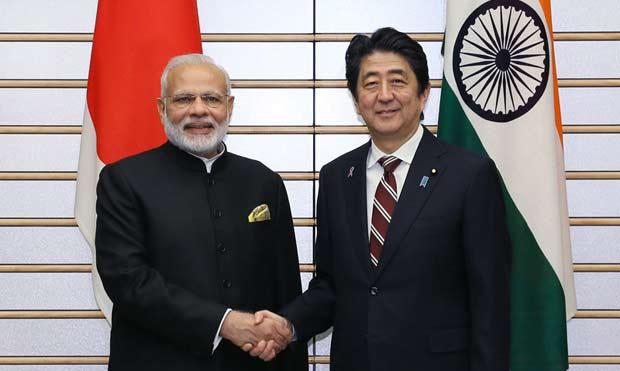 握手を交わす安倍首相とモディ・インド首相(11月11日首相官邸公表写真より)