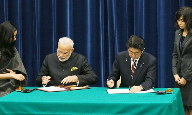 原子力協定を含む日印共同声明に署名する安倍首相とモディ・インド首相(11月11日・内閣広報室公表写真)