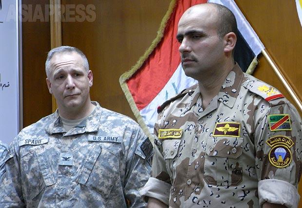 当時は米軍が駐留し、イラク軍をサポートしていた。左は米軍大佐。右のイラク軍少将は階級からすると若いが、アブグレイブの武装勢力掃討作戦を成功させ、部隊司令に抜擢。筆者は事前準備を重ね、現地取材が認められた。(2010年・モスル:撮影・玉本英子)