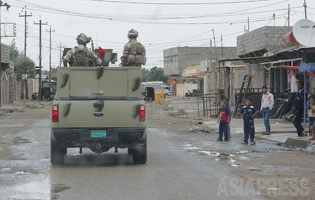 モスル市内をパトロールするイラク軍部隊。路肩に仕掛けた爆弾や狙撃で狙われるので、緊張する任務だ。(2010年・モスル:撮影・玉本英子)