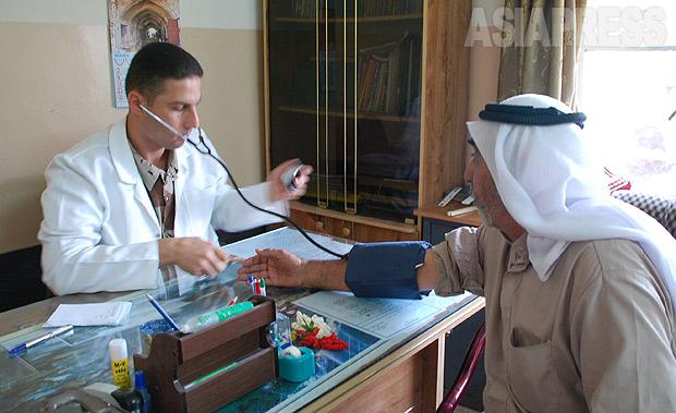 モスルのイラク軍医師が地元住民のために移動診療所を設置。トルコ系住民の多い地区での診察。(2010年・モスル:撮影・玉本英子)