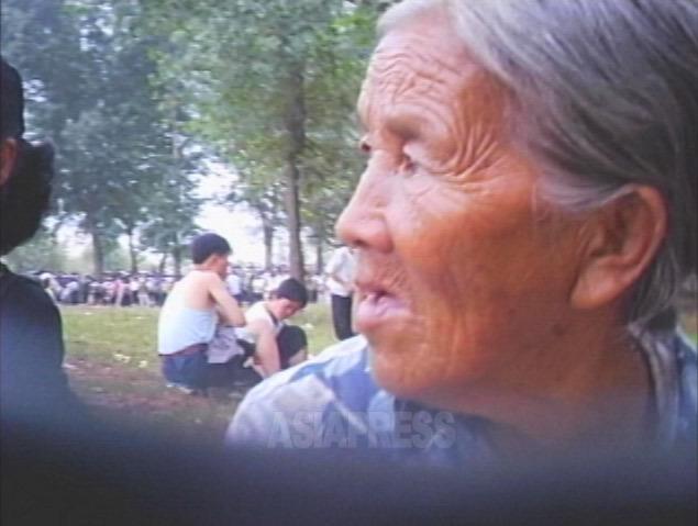 <北朝鮮写真報告>見捨てられる老人たち(6) 「年寄りも稼いで来い」 廃品回収に野菜売り…働かされるおばあさんたち(写真4枚)
