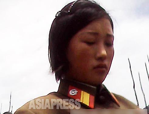 <北朝鮮写真報告>哀れな女性兵士たちの素顔 親も泣く17歳から7年間の軍服務(写真4枚)
