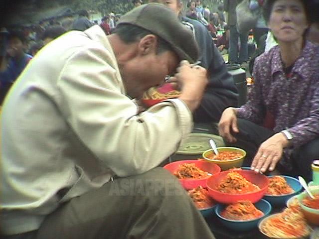 <写真報告>意外と多様な北朝鮮庶民の食事 (1) ソバに豚足にアイス、謎の丸い食べ物の正体は? (写真4枚 )