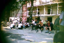 <北朝鮮写真報告>金正恩時代の子供ホーム レスたち(6) 食べ物漁る少女 道端で事切れた子供に気を留める余裕もなし(写真4枚)