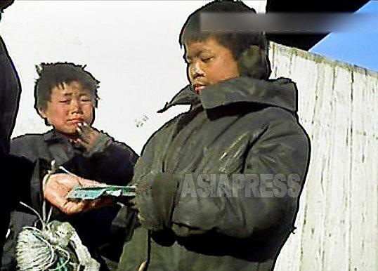 <北朝鮮写真報告>金正恩時代の子供ホームレスたち(7) 食べるために物乞いと商売に精を出す子どもたち 少女の姿も(写真5枚)