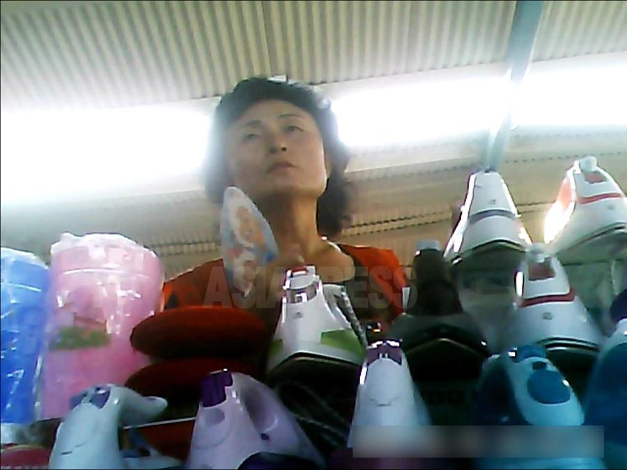 <写真報告>北朝鮮経済を牛耳る中国 (1) 電器、食品から果物まで 「中国が制裁徹底したら生きていけない」の声も(写真4枚)