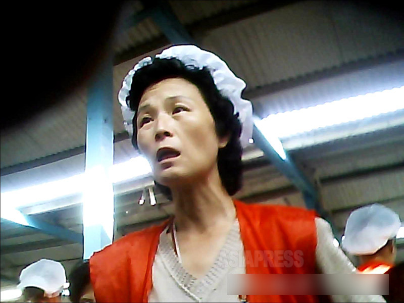 <北朝鮮写真報告>外国人が絶対に行 けない裏通りの女性たち(5) 核にもミサイルにも感心なし 女性たちは路地裏で大忙し