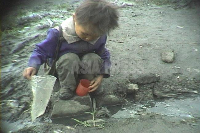 <北朝鮮写真報告>映像に記録された少女たちの受難(7) 大飢饉時代のホームレス少女の苦難を振り返る-2(写真4枚)