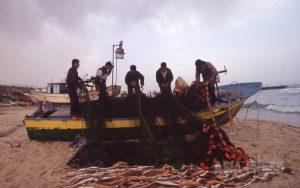<パレスチナ>ガザ写真報告(2)危険な漁 イスラエル警備艇から毎日のように攻撃 写真4枚(古居みずえ)