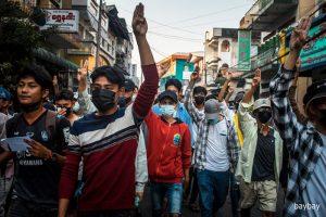 <ミャンマー>デモ参加者が掲げる「抵抗の指サイン」の意味は(写真5枚)赤津陽治