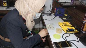<シリア>「思い出消さぬ」すべて女性のスマホ修理店 戦火の人々にとってのスマホの意味(写真11枚)